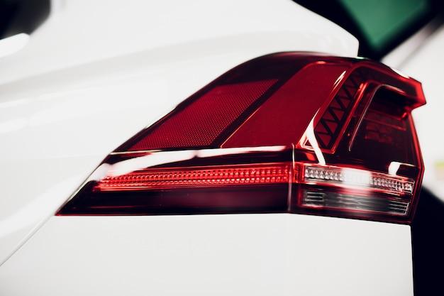 Tylne światło, z błyszczącymi refleksami auto czarne ciało