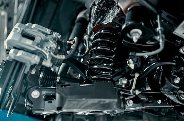 Tylne zawieszenie nowoczesnego samochodu. elementy i konstrukcja tylnego zawieszenia. tylna belka zawieszenia, sprężyna, amortyzator.