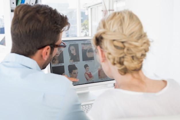Tylni widok fotografia redaktorzy pracuje na komputerze