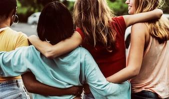 Tylni widok grupa różnorodni kobieta przyjaciele chodzi wpólnie