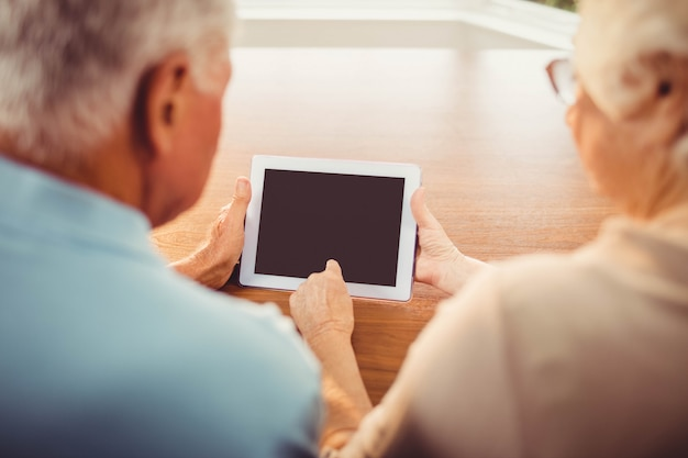 Tylni widok starsza para używa pastylkę w domu
