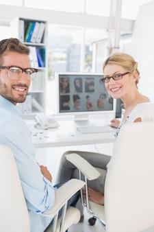 Tylni widoku portret fotografia redaktorzy pracuje na komputerze