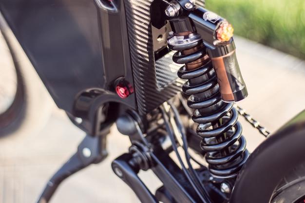 Tylny amortyzator roweru elektrycznego z bliska