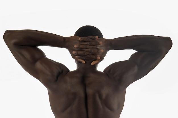 Tylny mięśniowy mężczyzna z bielem