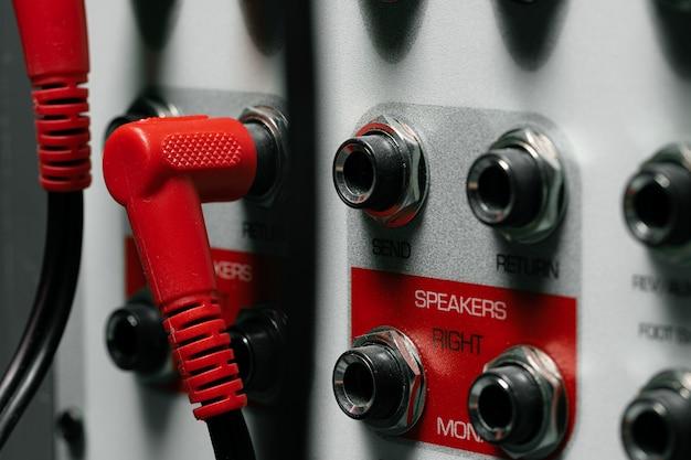 Tylny panel wzmacniacza systemu muzycznego z przewodami
