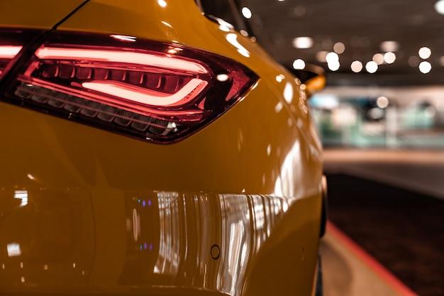 Tylny reflektor nowego nowoczesnego samochodu