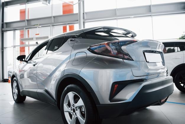 Tylny reflektor pięknego samochodu w salonie samochodowym.