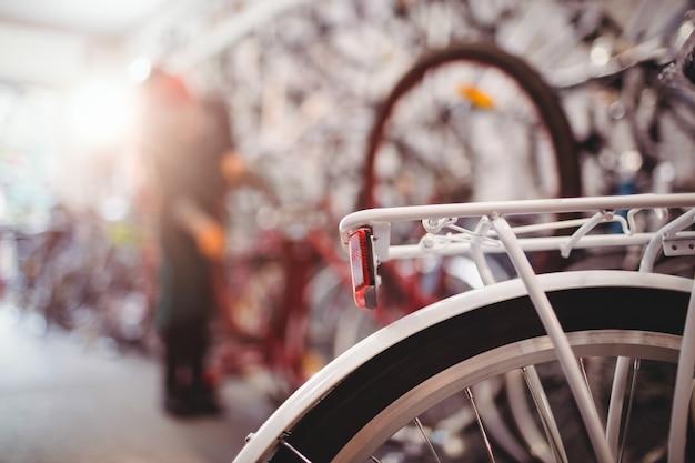 Tylny stojak rowerowy i koło