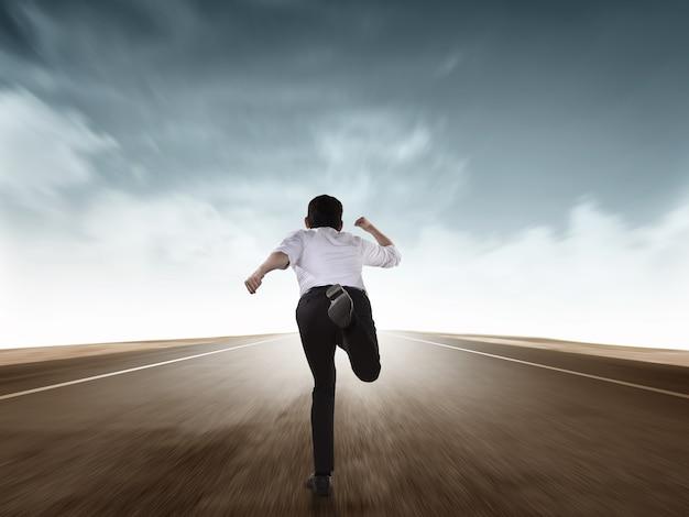 Tylny widok biznesowego mężczyzna bieg