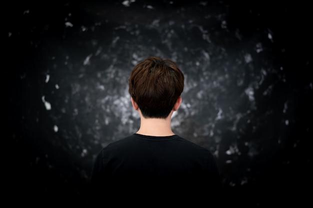 Tylny widok człowieka na blackhold, ciemny kosmiczny tunel.