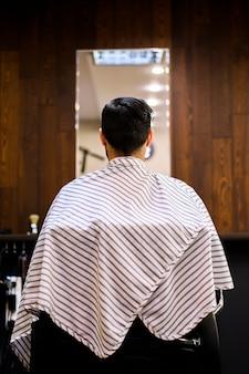 Tylny widok mężczyzna przy włosianym salonem