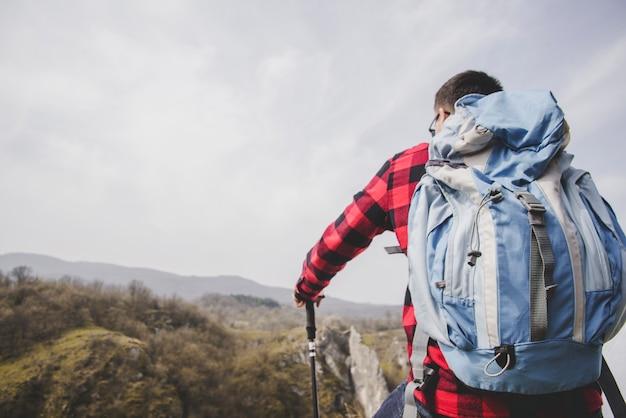 Tylny widok pasterza z dużym plecakiem