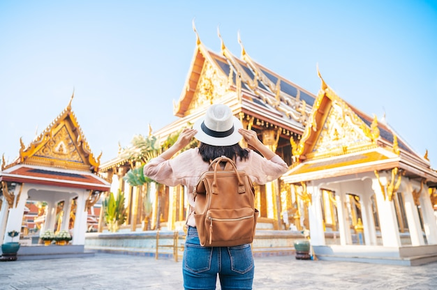 Tylny widok turystyczna kobieta cieszy się podróż w świątyni w bangkok, tajlandia