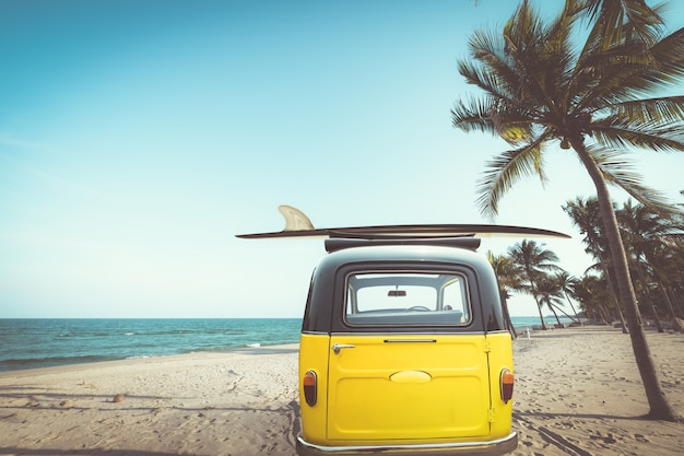 Tyły rocznika samochód parkujący na tropikalnej plaży
