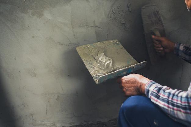 Tynkarz renowujący ściany wewnętrzne.