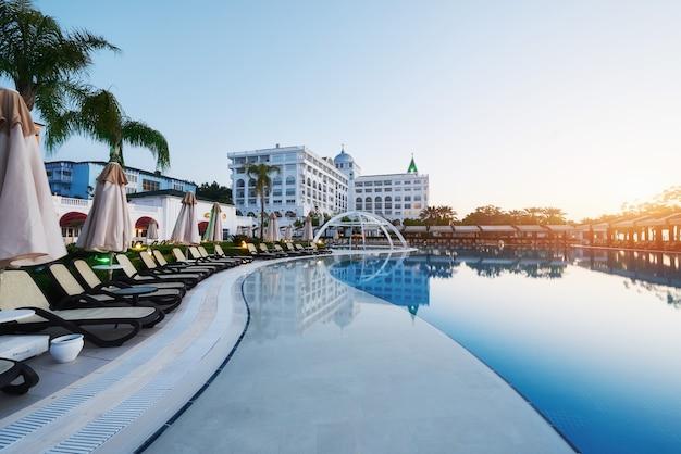 Typ kompleksu rozrywkowego. popularny kurort z basenami i parkami wodnymi w turcji, odwiedzany przez ponad 5 milionów turystów rocznie. amara dolce vita luxury hotel. ośrodek wczasowy. tekirova-kemer