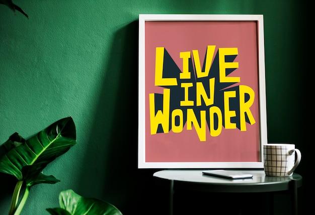 Typografia motywacyjna drukuje na biurku przy zielonej ścianie