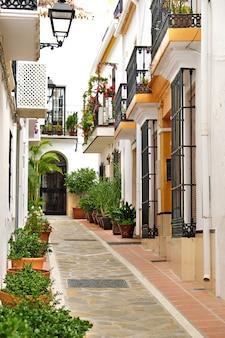 Typowa andaluzja hiszpania bielone domy na starym mieście marbelli