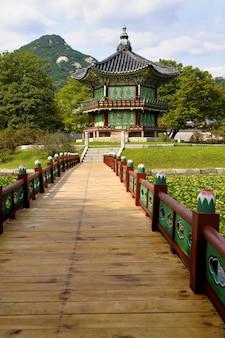 Typowa Azjatycka pagoda w scenicznym położeniu