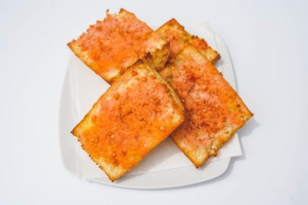 Typowa dla katalonii racja chleba z pomidorami