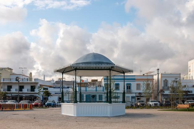 Typowa estrada altana w mieście olhao, portugalia.