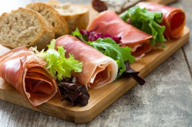 Typowa hiszpańska serrano szynka i kiełbasy na drewnianym stole