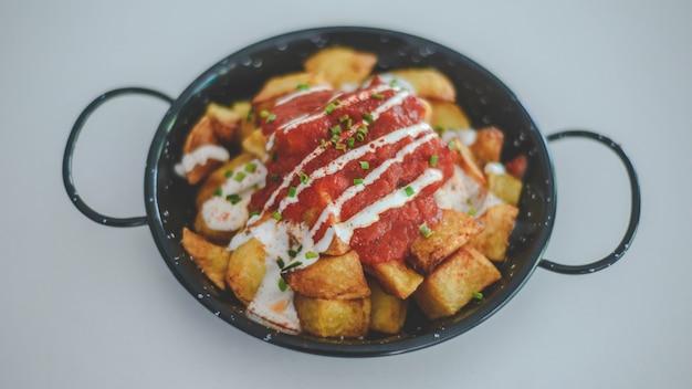 Typowa hiszpańska tapa z ziemniakami i ostrym sosem