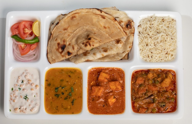 Typowa indyjska mieszanka warzyw, paneer kadai, dal, rayata i laccha paratha z sheoganj - thali rajasthani