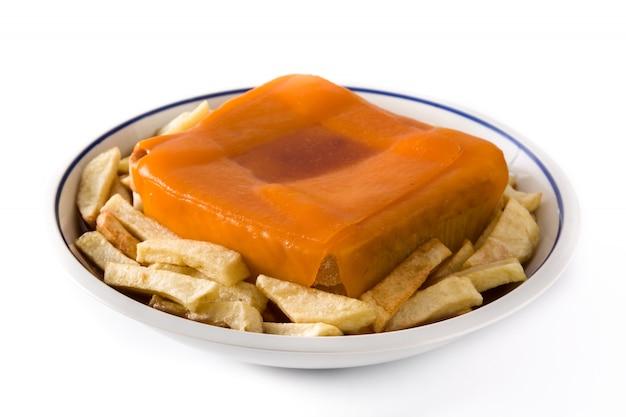 Typowa portugalska kanapka francesinha z frytkami na białym tle na białej powierzchni