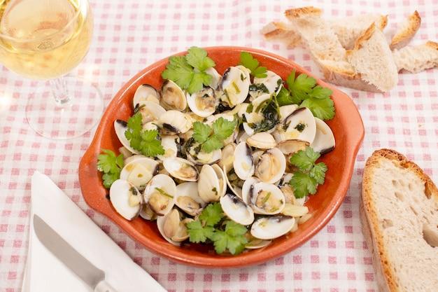 Typowa portugalska przystawka składająca się z małży z czosnkiem, oliwą i natką pietruszki.