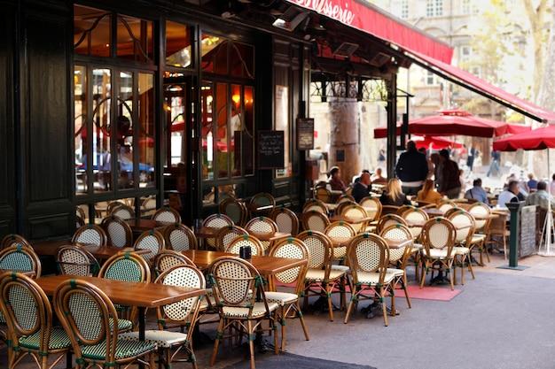 Typowa scena kawiarni w paryżu