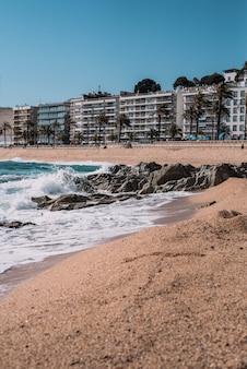 Typowa śródziemnomorska plaża w miasteczku na costa brava
