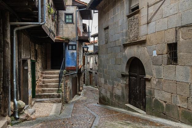 Typowa ulica w historycznym mieście miranda del castanar. hiszpania.