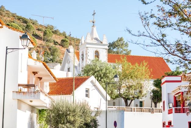 Typowa wioska z białymi domami podczas wschodu słońca na południu portugalii