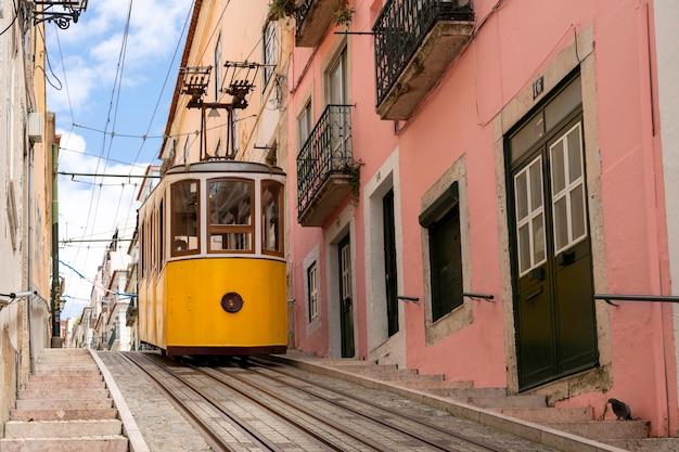Typowa żółta winda w dzielnicy alfama w lizbonie, portugalia