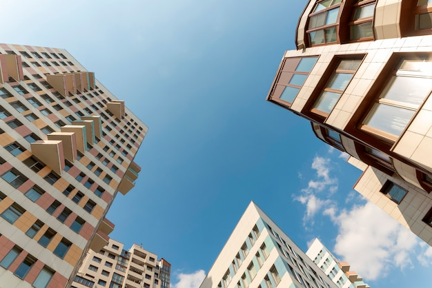 Typowe budynki mieszkalne wieżowców. widok z dołu. kąt