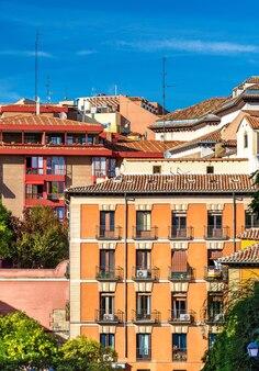 Typowe budynki w centrum madrytu w hiszpanii