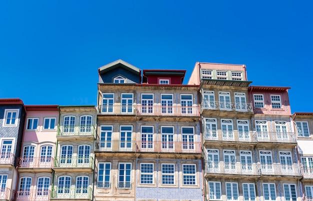 Typowe budynki w ribeira, porto, portugalia.