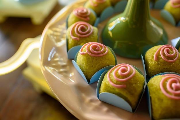 Typowe cukierki na przyjęcie urodzinowe z zielonymi winogronami nadziewanymi brazylijskimi potrawami