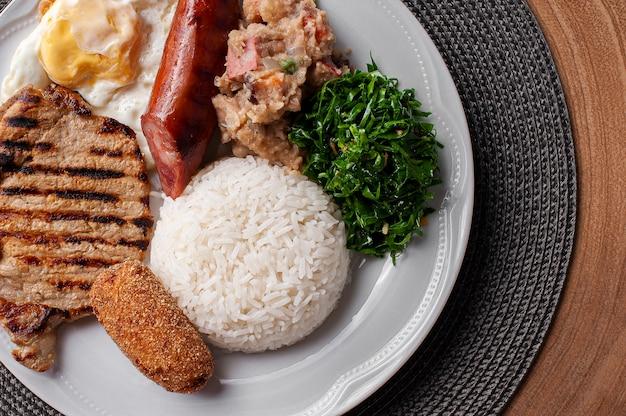 Typowe danie kuchni brazylijskiej zwane virado a paulista. widok z góry