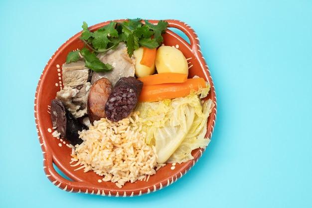 Typowe danie portugalskie cozido a portuguesa
