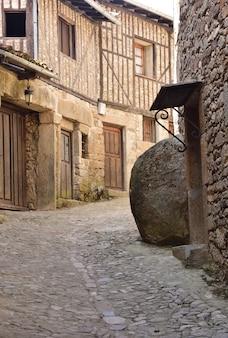 Typowe domy średniowiecznej wioski la alberca, prowincja salamanca, castilla y leon, hiszpania