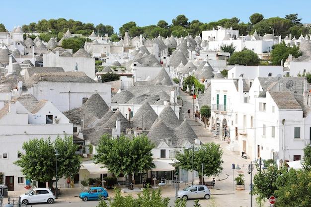 Typowe domy trulli ze stożkowym dachem na starym mieście alberobello, apulia, włochy