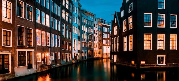 Typowe domy w amsterdamie nocą, holandia