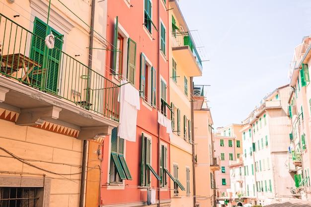 Typowe domy w małym miasteczku w ligurii