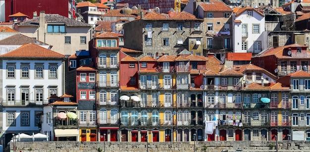 Typowe domy w porto nad rzeką douro, malownicza architektura domów wyłożonych ścianami i jasne kolory. portugalia.