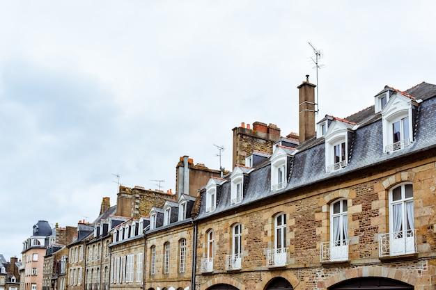 Typowe fasady francuskiej bretanii z kamiennych budynków i dachów z łupków