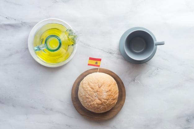 Typowe hiszpańskie śniadanie z chlebem i oliwą