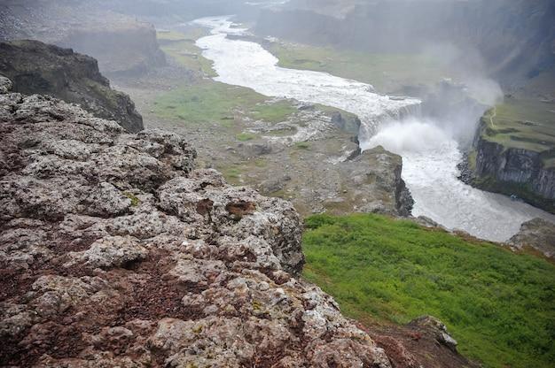 Typowe krajobrazy na islandii. lśniące góry lodowe i potężne wodospady z topniejącego lodu.