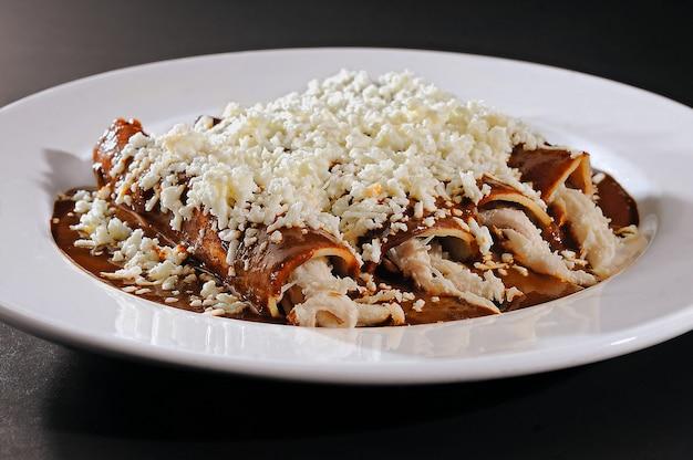 Typowe meksykańskie jedzenie kurczak enmoladas